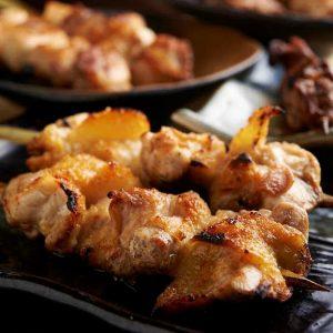 焼き鳥をはじめ人気の鶏料理が食べ放題で楽しめる神田の居酒屋「とりいちず」